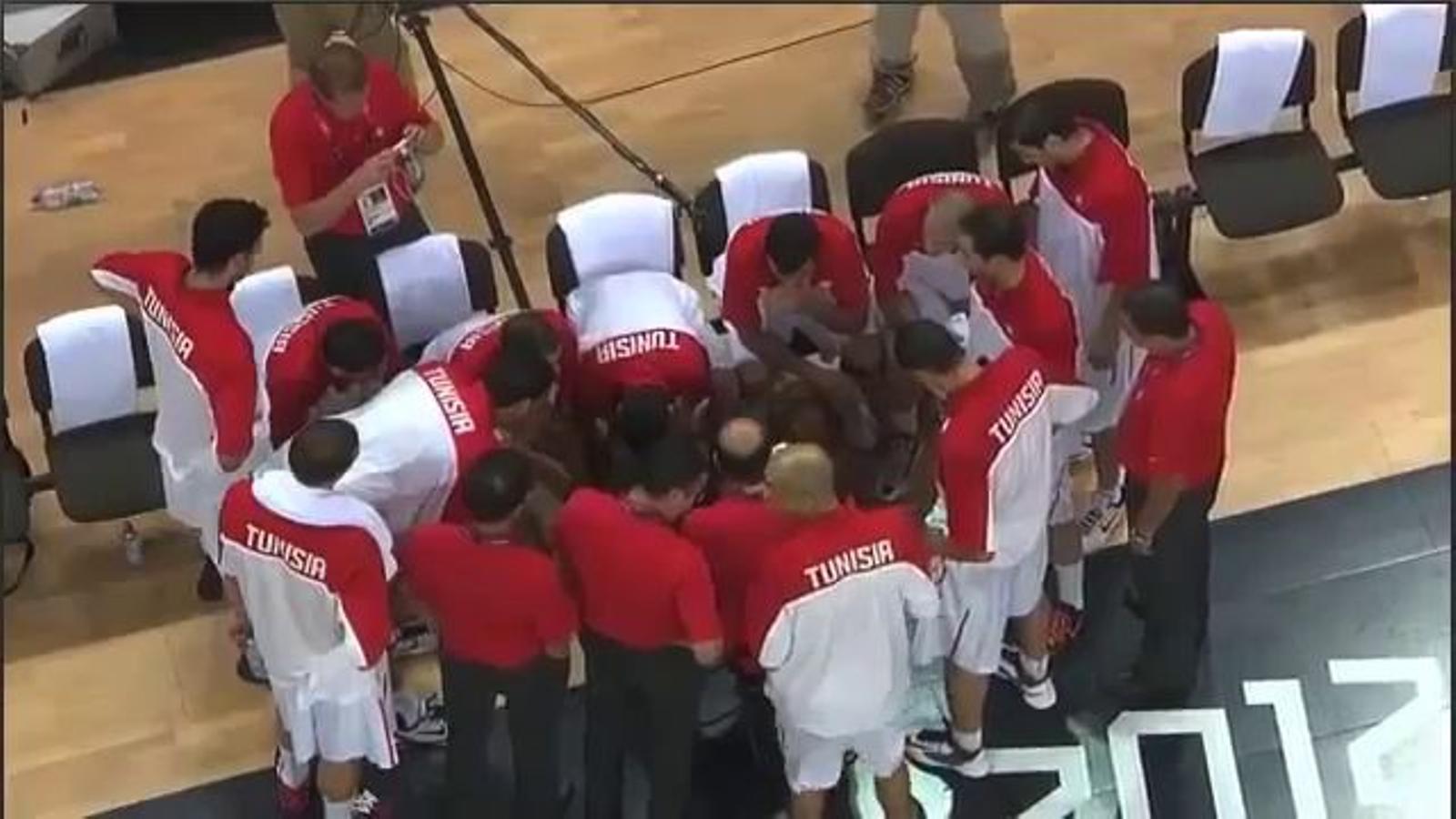 L'entrenador de bàsquet de Tunísia clava un mastegot a un jugador durant un temps mort