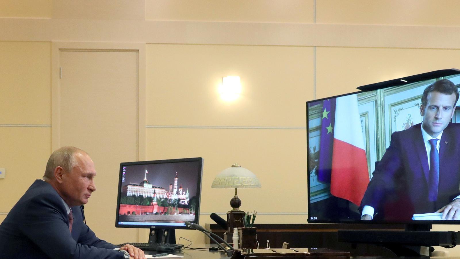 Vladimir Putin durant una vídeo trucada amb el president francès, Emmanuel Macron.