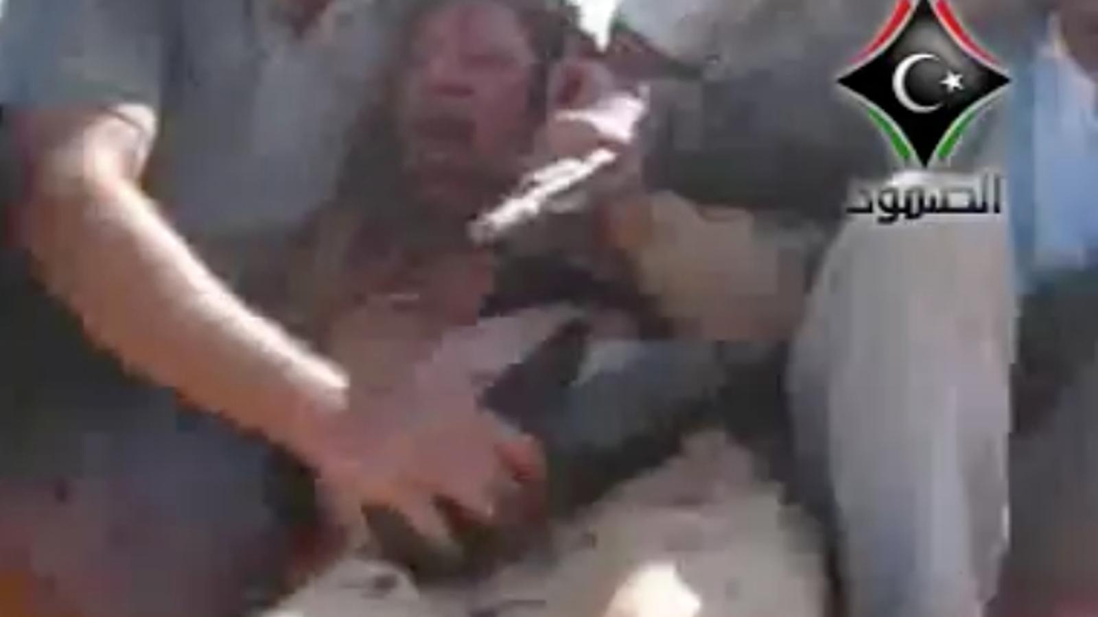 Imatges que mostren Gaddafi viu quan l'han capturat els rebels