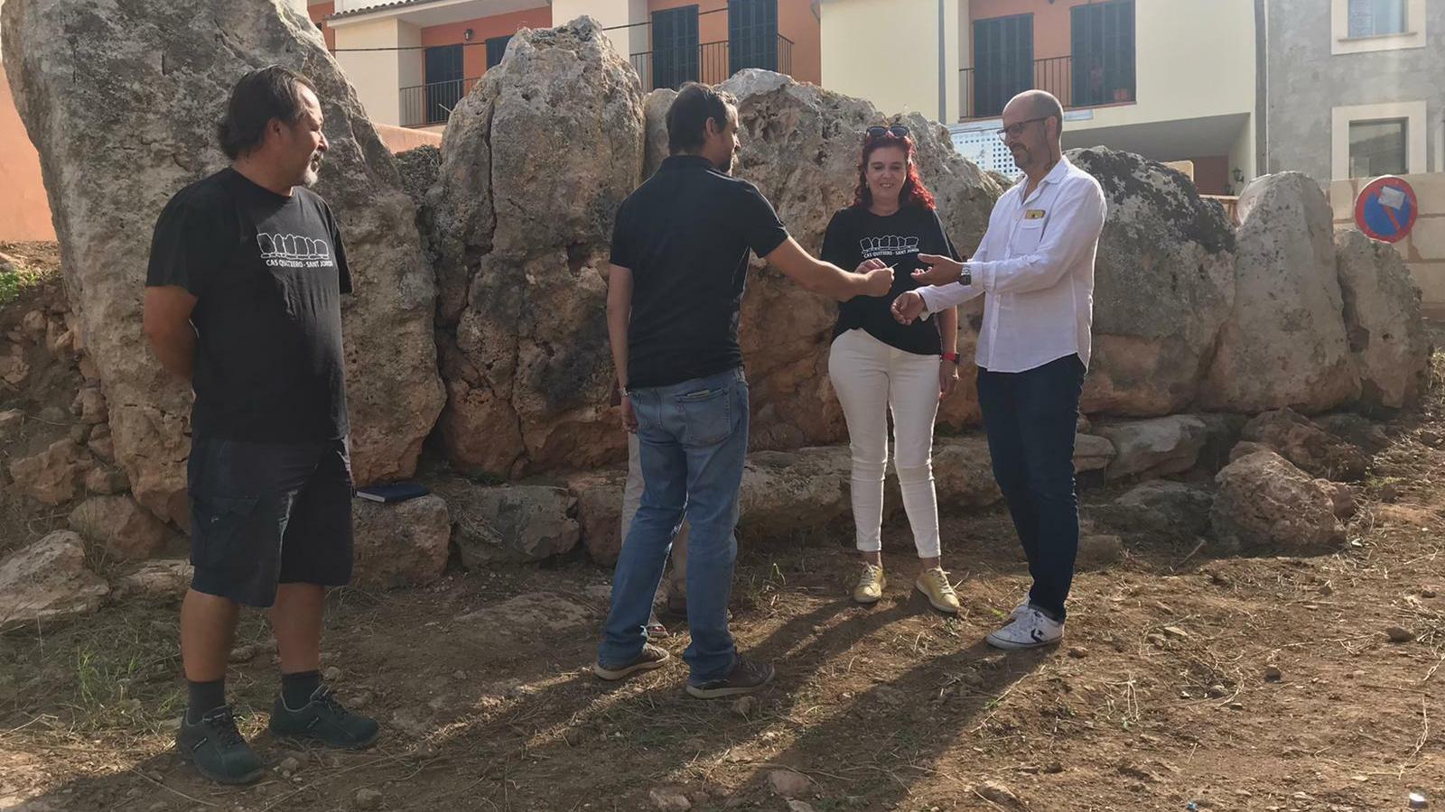 Imatge de l'entrega de claus del jaciment Cas Quitxero