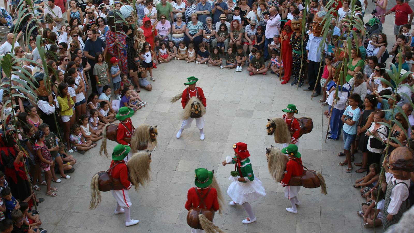 Els Cavallets durant el seu primer ball davant la Casa de Cultura.