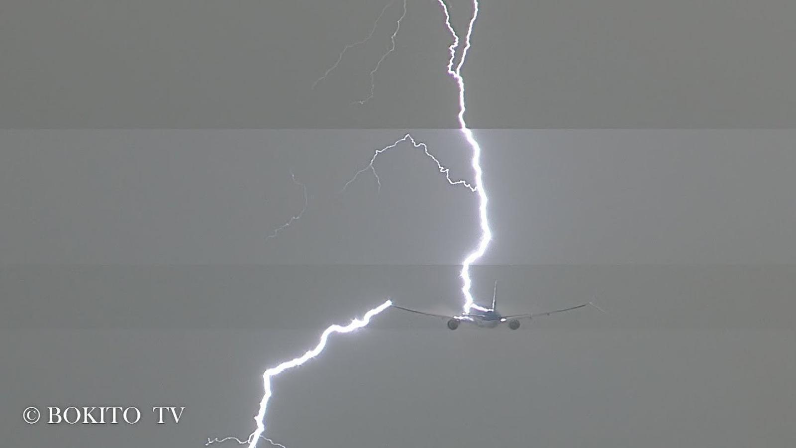 Un llamp travessa un avió a l'aeroport d'Amsterdam