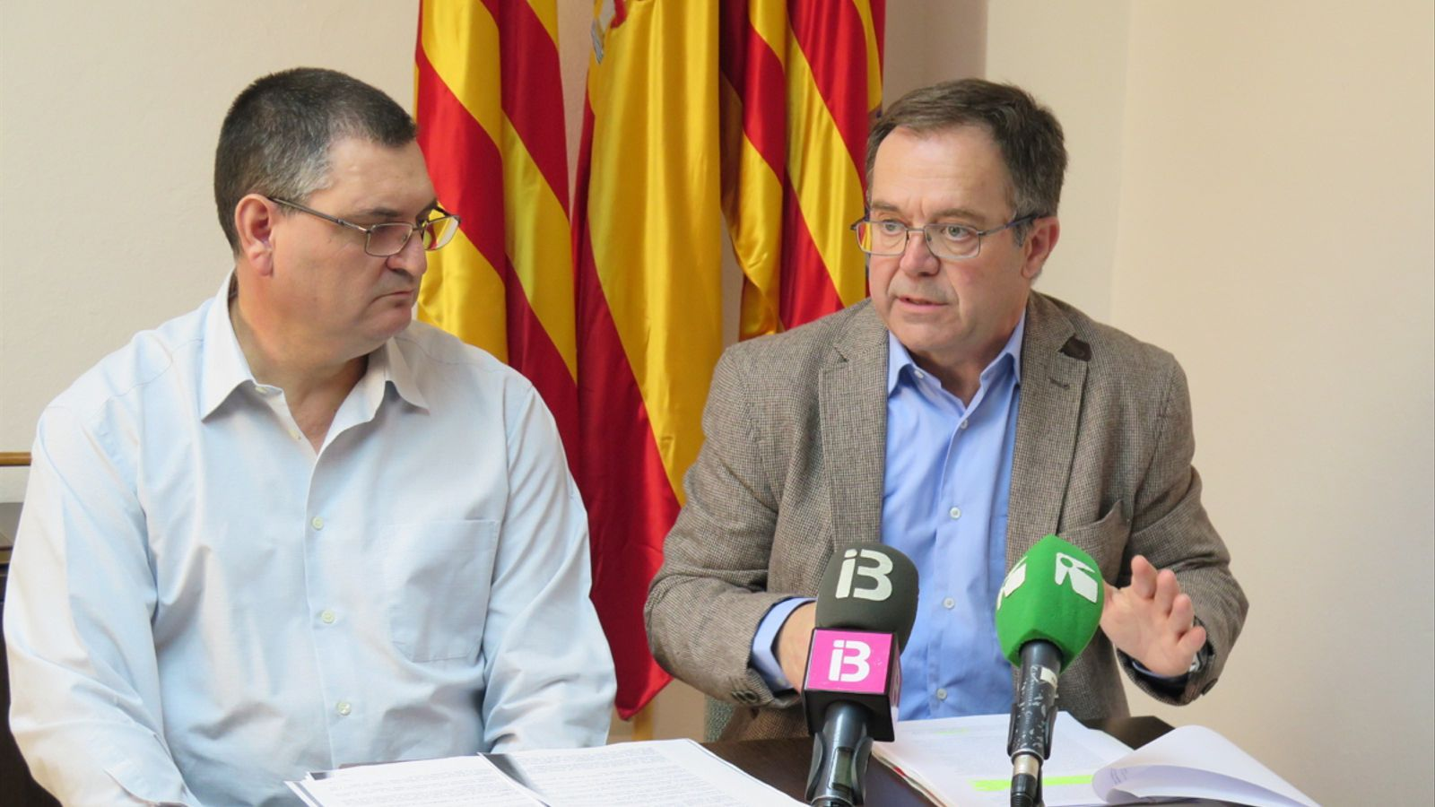 El regidor d'Urbanisme, Àngel Lluís Guerrero junt al batle Josep Marí 'Agustinet'