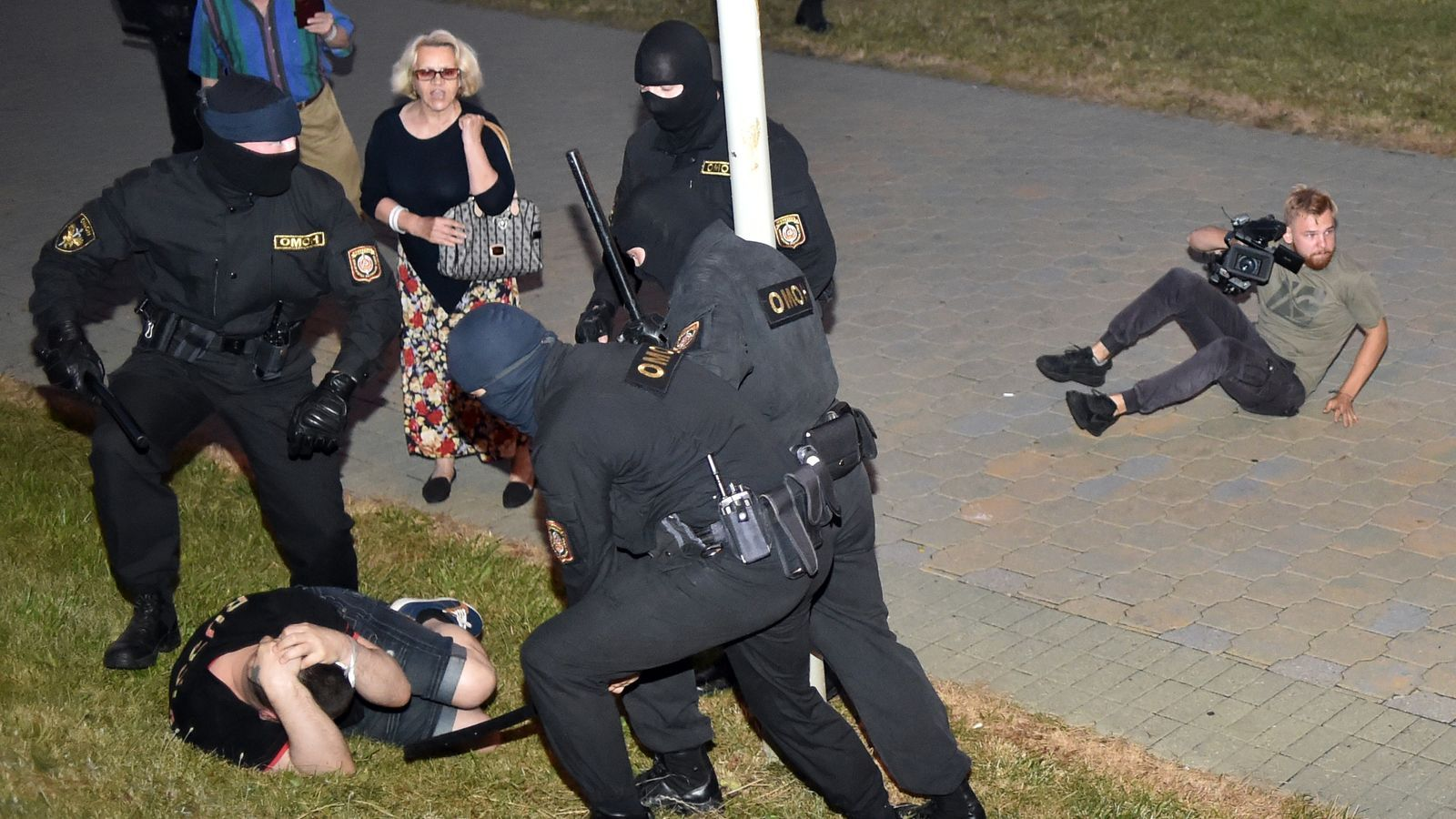 La policia agredint un manifestant a Minsk
