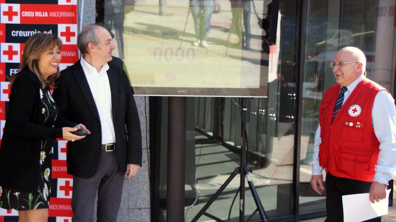 El ministre de Salut, Carles Álvarez Marfany, i la cònsol major d'Andorra la Vella, Conxita Marsol, activen el comptador de les donacions de sang, en presència del voluntari de la Creu Roja, Lluís de Juan. / C.G. (ANA)