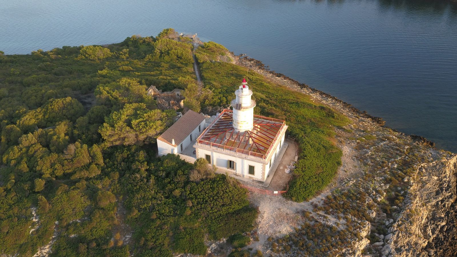 El far d'Alcanada durant les tasques de restauració.