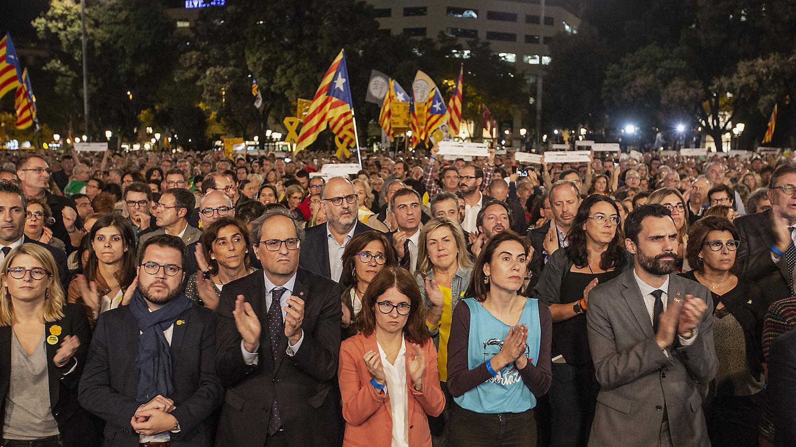 El vicepresident Pere Aragonès, el president Quim Torra i les parelles de Sànchez i Cuixart, Susanna Barreda i Txell Bonet, ahir a la manifestació.