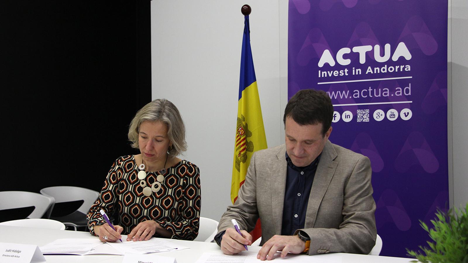 La directora d'Actua, Judit Hidalgo, i el director general de Barcelona Tech City, Miquel Martí, signen l'acord entre totes dues entitats. / M. M. (ANA)