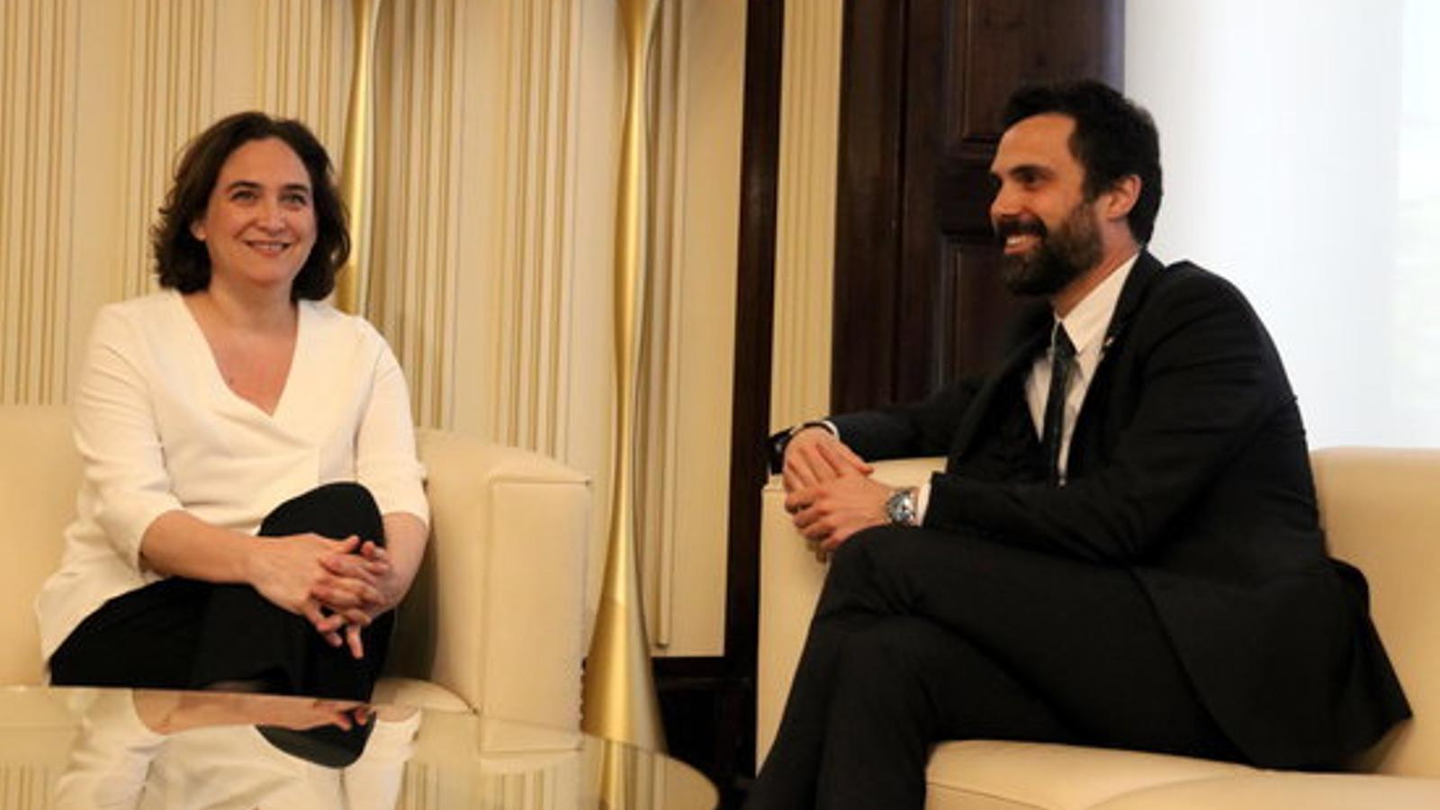 L'alcaldessa de Barcelona, Ada Colau, i el president del Parlament, Roger Torrent, al despatx d'audiències