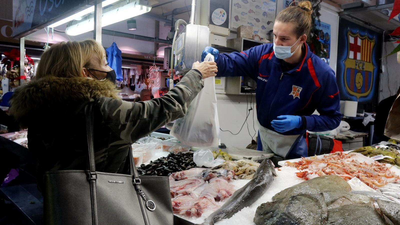 El preu dels aliments va repuntar al desembre. A la foto, una parada d'un mercat de Girona el mes passat.