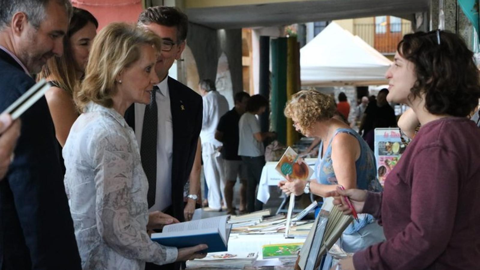 La consellera de Cultura, Mariàngela Vilallonga, visitant l'edició anterior de la Fira / CCAU