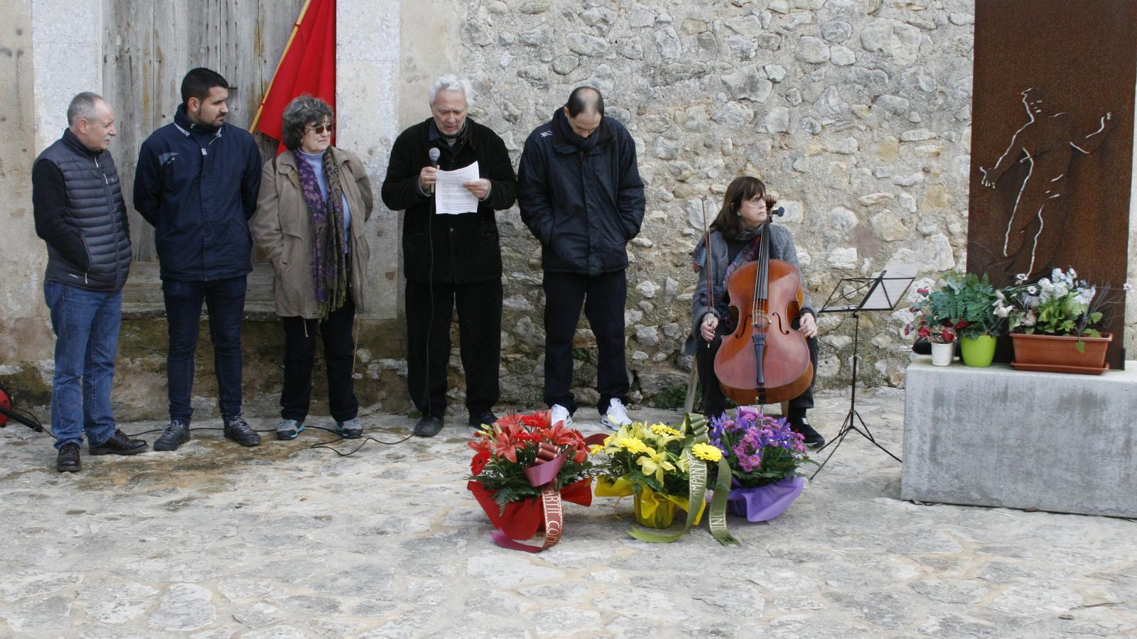 Membres del Col·lectiu Aurora Picornell llegint els discursos de record i homenatge. / M. BARCELÓ