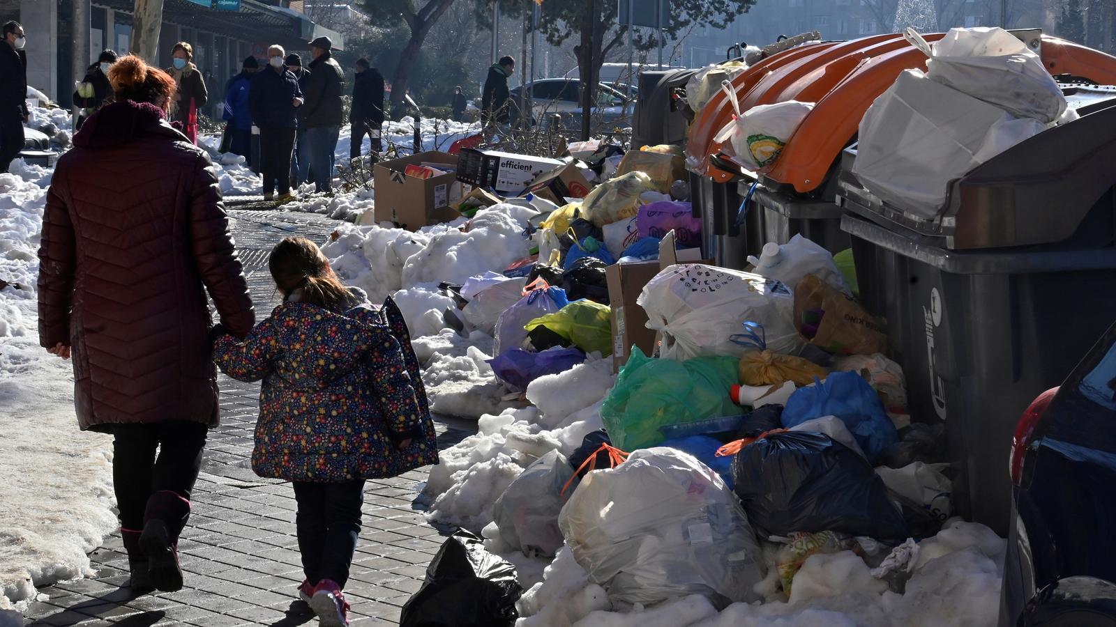 Contenidors plens al barri de Moratalaz de Madrid ahir dissabte.