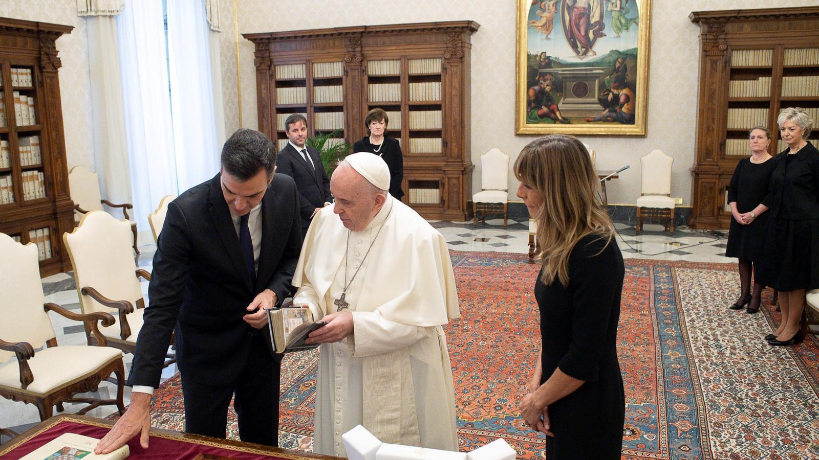 Pedro Sánchez i la seva dona, Begoña Gómez, amb el Papa Francesc sense mascareta durant la reunió de poc més de mitja hora que han mantingut al Vaticà.