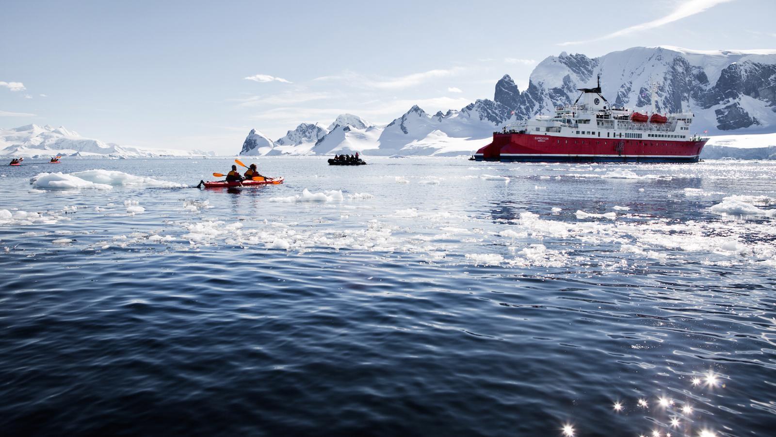 Un dels vaixells que porten turistes a l'Antàrtida. Han de garantir que mai hi ha més de 100 persones en un mateix indret / LAUREN FARMER / IAATO
