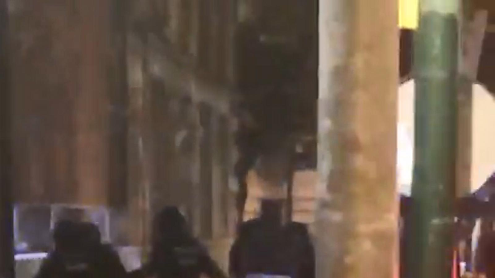 La policia carrega contra un home a Girona / ARA