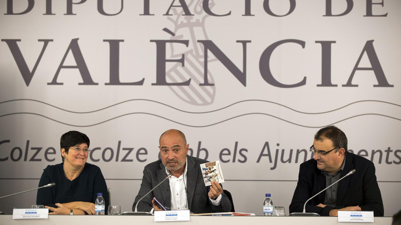 El diputat de Cultura de la Diputació de València, Xavier Rius (centre), ha presentat aquest dijous el llibre-disc 'Bressolant', editat per Andana Editorial.