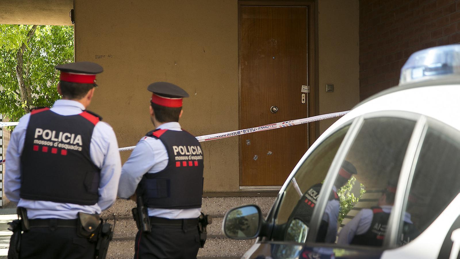 Dos agents dels Mossos d'Esquadra a l'escena d'un crim al Prat de Llobregat.