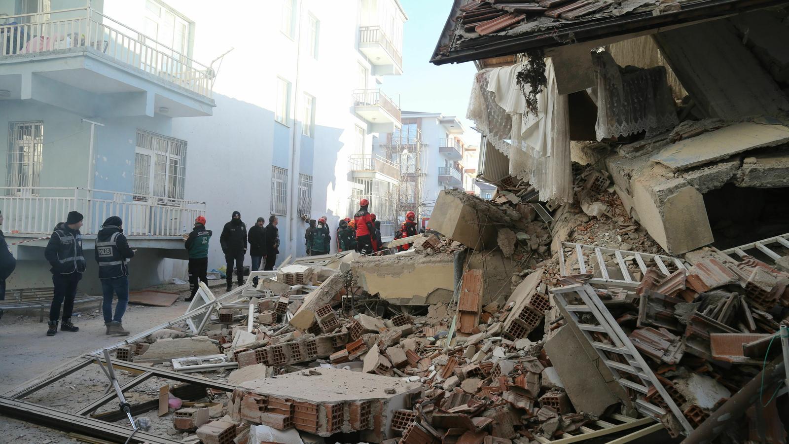 Equips d'emergències treballant en un edific ensorrat a causa del terratrèmol