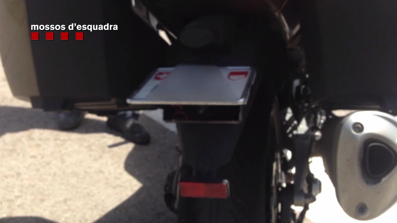 Mecanisme que un motorista s'havia instal·lat perquè la policia no li veiés la matrícula i evitar les multes