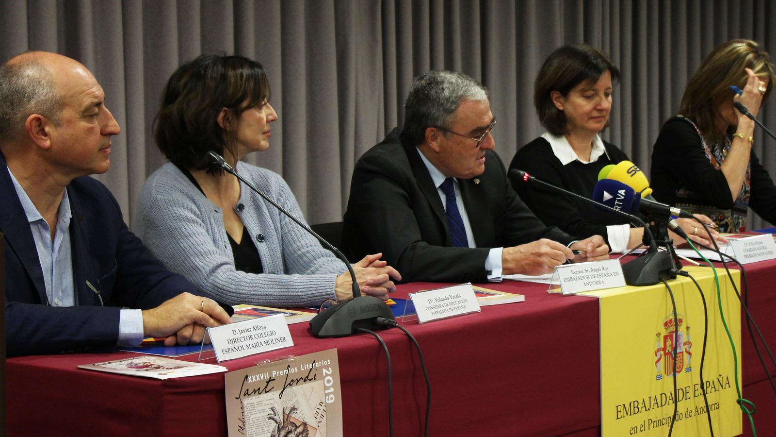 En l'acte de presentació dels Premis literaris Sant Jordi 2019 hi han participat Javier Afaya, director de l'escola espanyola Maria Moliner; l'ambaixador espanyol Àngel Ros; la consellera d'Educació de l'ambaixada d'Espanya, Yolanda Varela; Pilar Durán, coordinadora dels Premis literaris Sant Jordi, i Carmen Rivera, directora de Bomosa. / M. R. F.
