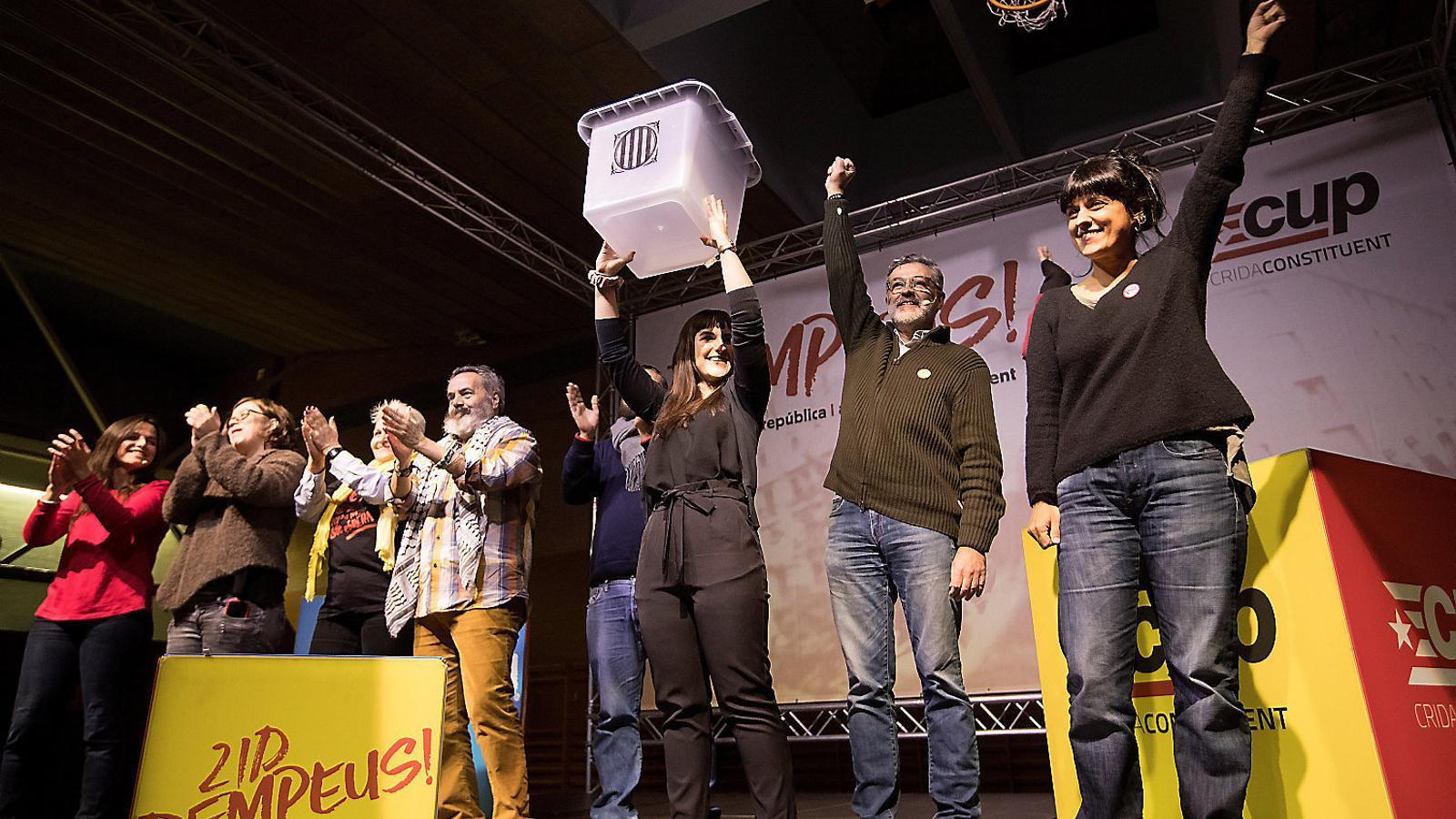 Gordillo, alcalde de Marinaleda, al centre de la imatge, en un acte de la CUP  per al 21-D.