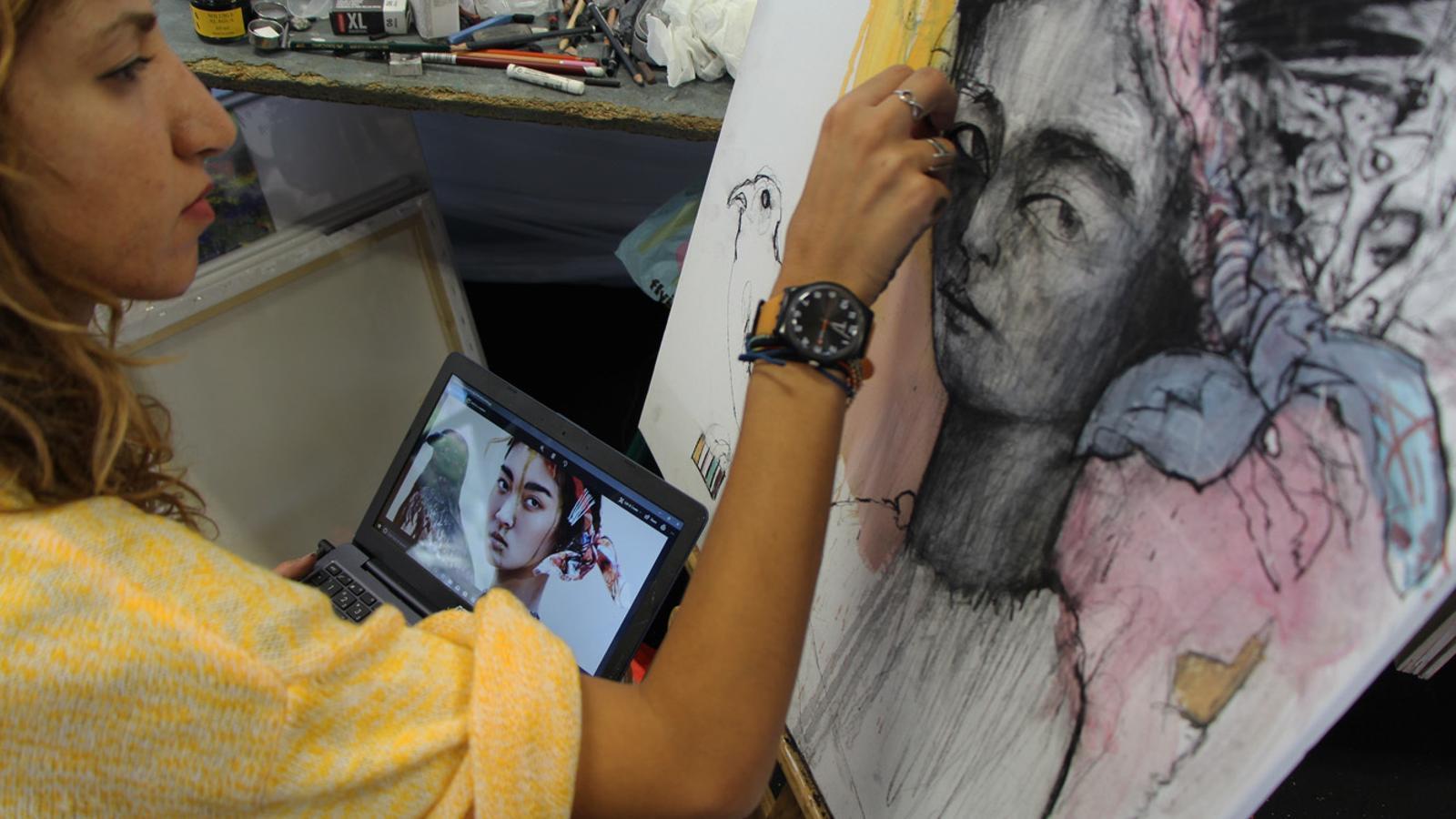 Una de les artistes de l'Art Camp 2018 treballant en un dels seus quadres. / L. M. (ANA)