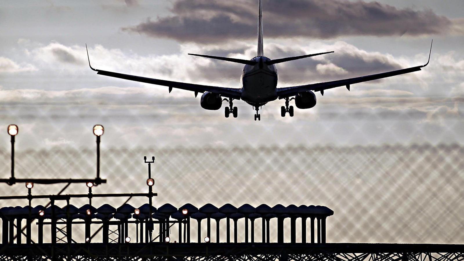 Un avió aterrant al Prat, un dels aeroports de l'estat espanyol més pròxims a la saturació.