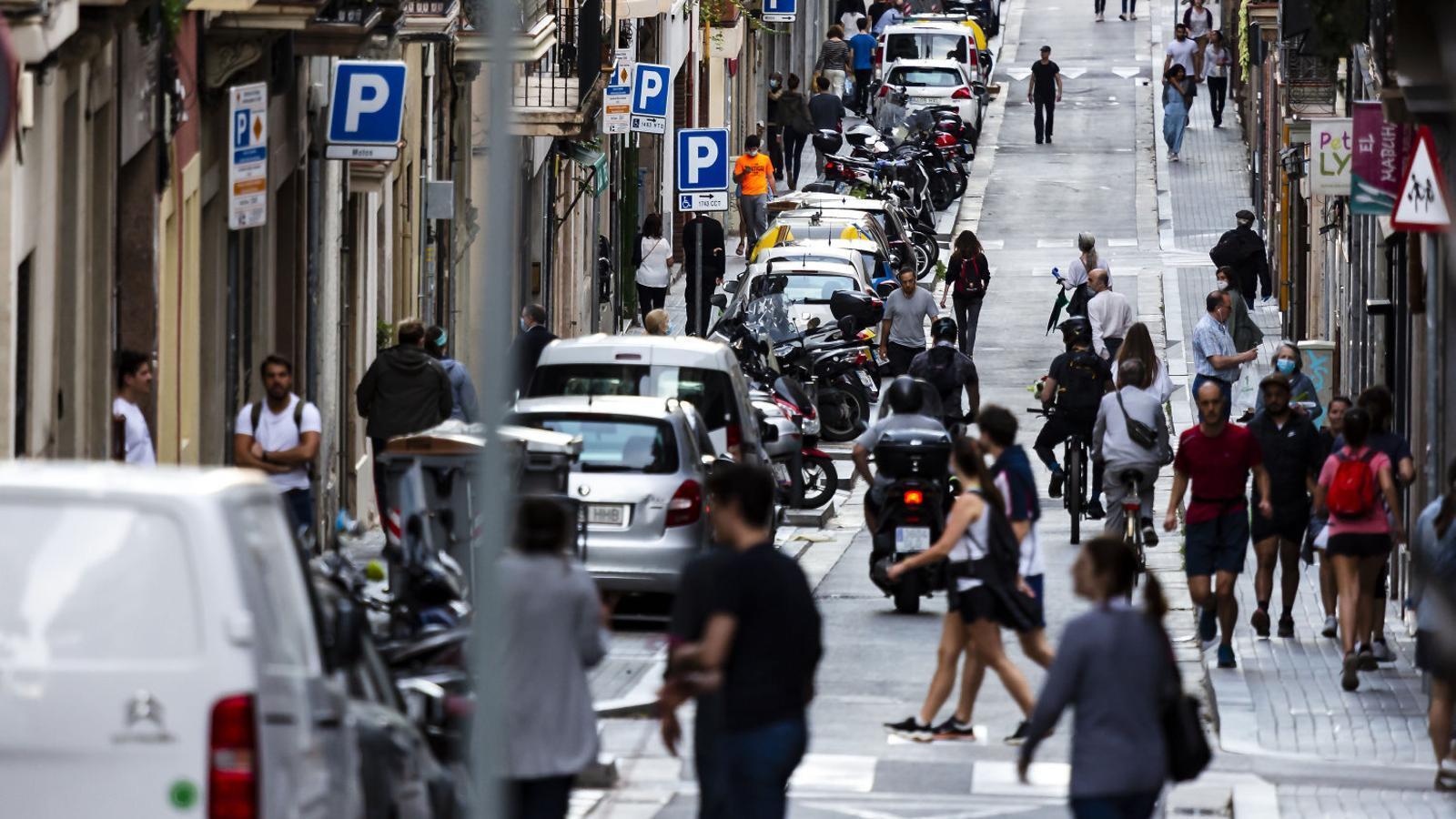 El carrer Saragossa de Barcelona durant la franja per sortir a fer esport i passejar al vespre.