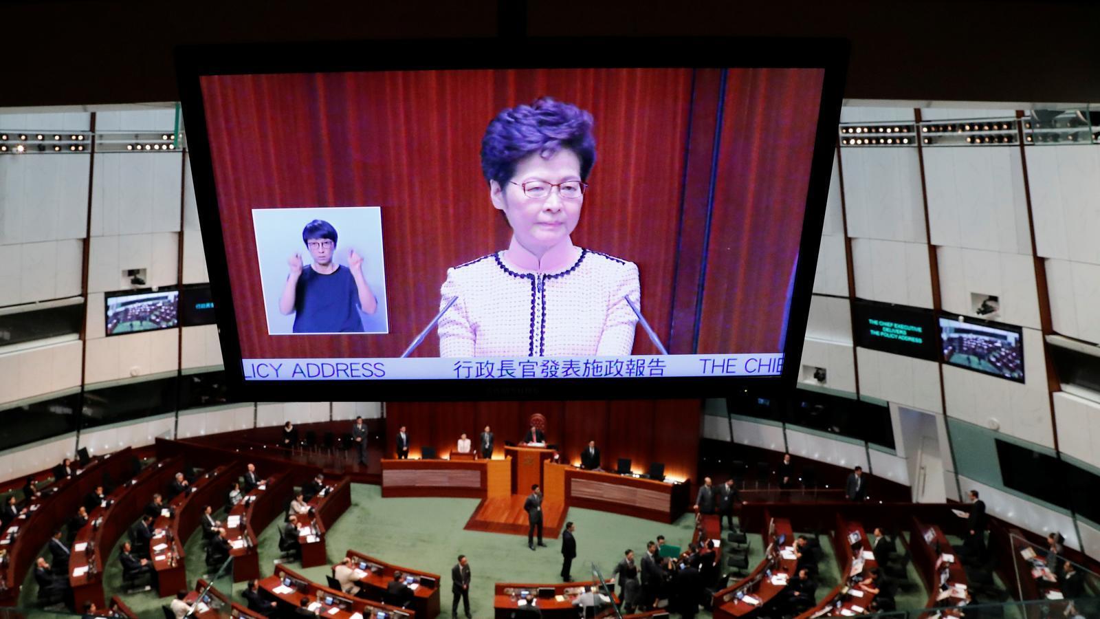 La cap de l'executiu de Hong Kong, forçada a interrompre el seu discurs al Parlament.