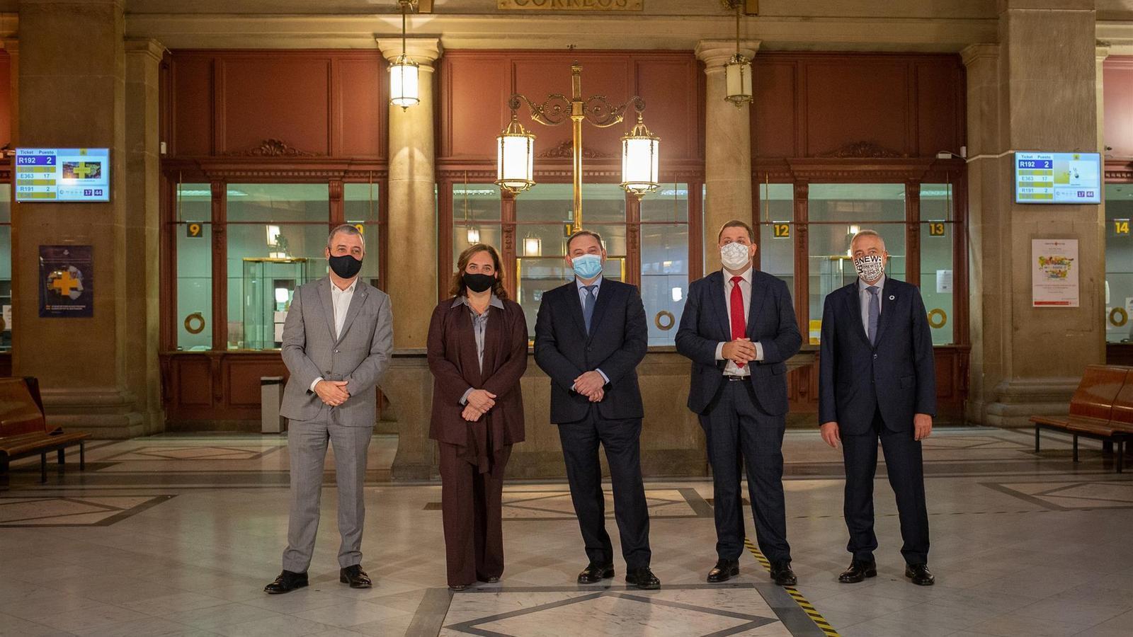 Collboni, Colau, Ábalos, Serrano i Navarro, durant la signatura de l'acord, aquest dimecres