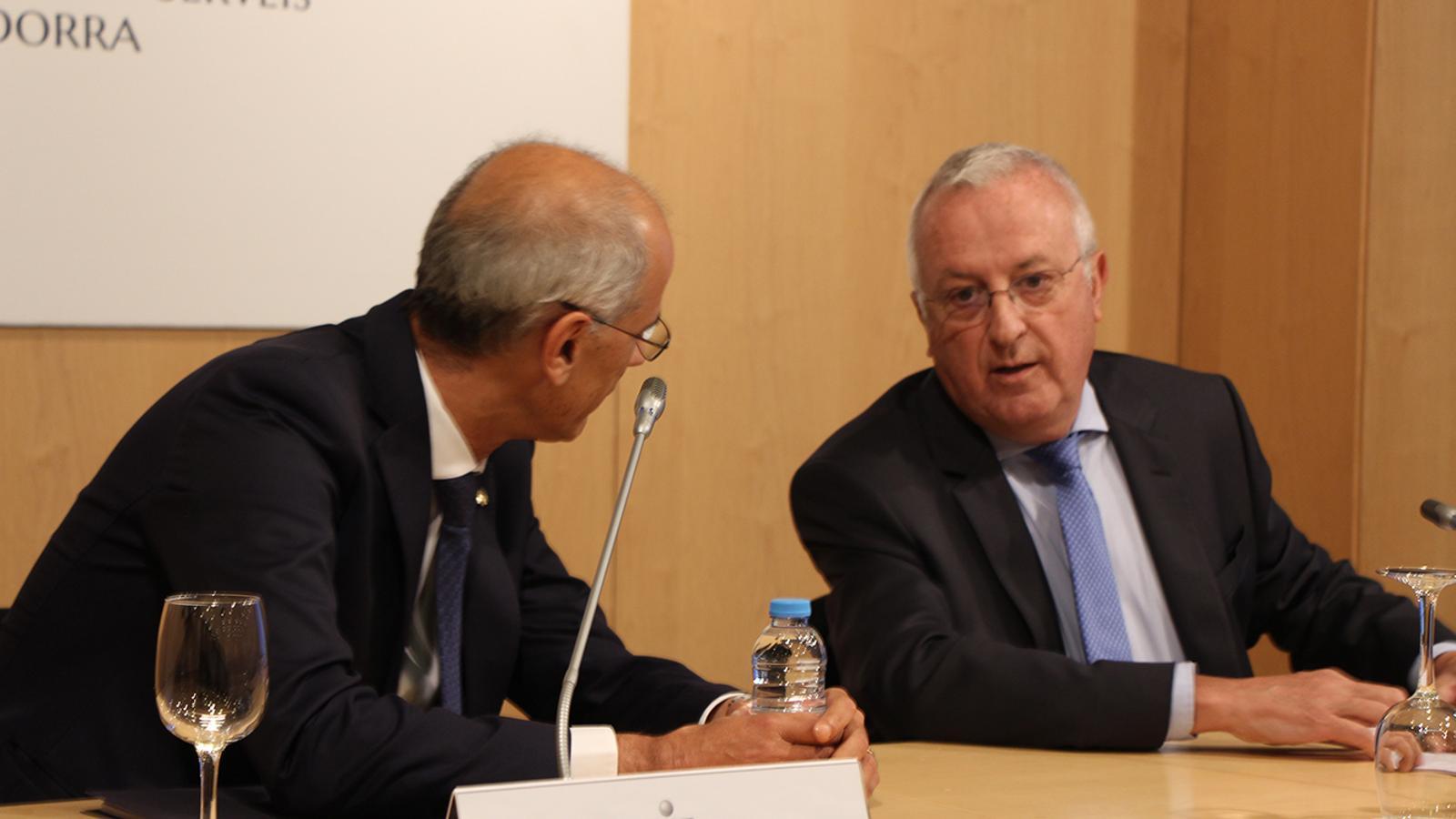 El cap de Govern, Toni Martí, i el president de la Cambra de Comerç, Miquel Armengol, en l'acte d'aquest dimarts. / B. N.
