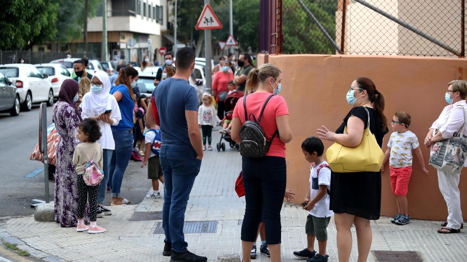 Famílies esperant a entrar a una escola de Palma el primer dia de curs.