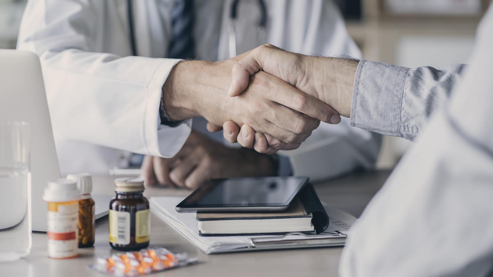 Dues persones que es van fer passar per metges quan no ho són