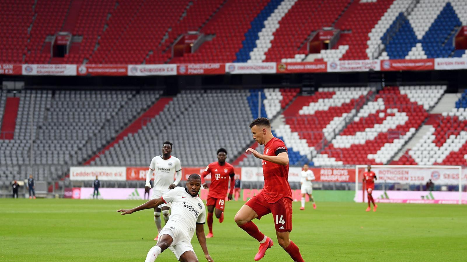 El davanter del Bayern Ivan Perisic intentant controlar una pilota.