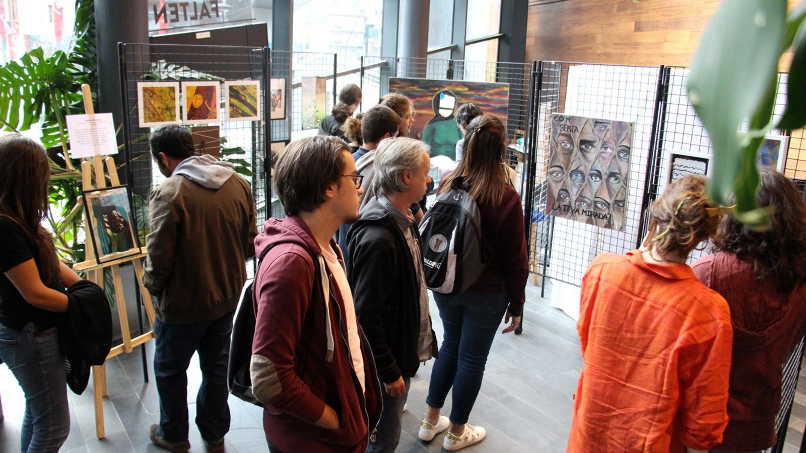 L'Oficina de Turisme de la Massana va acollir al setembre una exposició solidària amb una bona acollida. / M. M. (ANA)