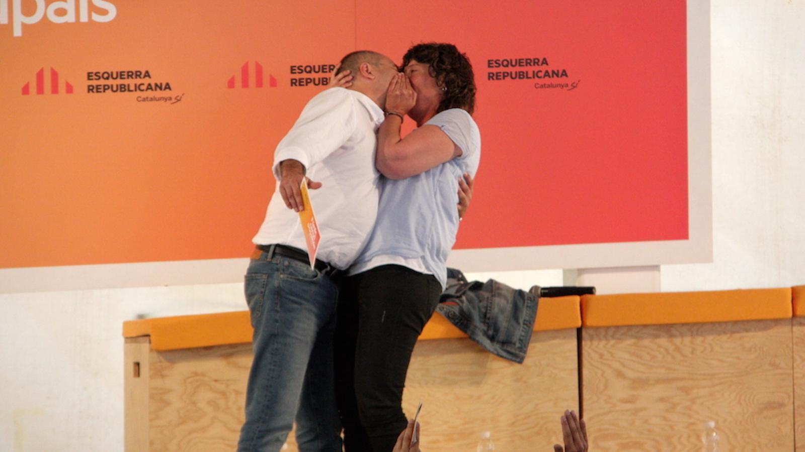 Els caps de llista dels republicans per Girona i Tarragona, Teresa Jordà i Jordi Salvador, fent-se un petó durant l'acte central d'ERC a Sabadell