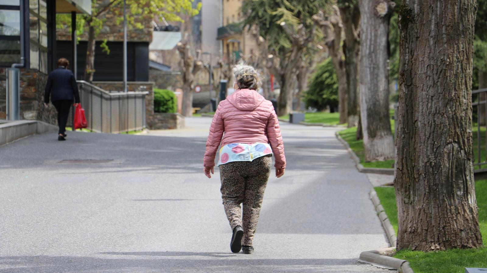 Dues dones d'edat avançada caminen pels carrers d'Encamp. / E.C. (ANA)