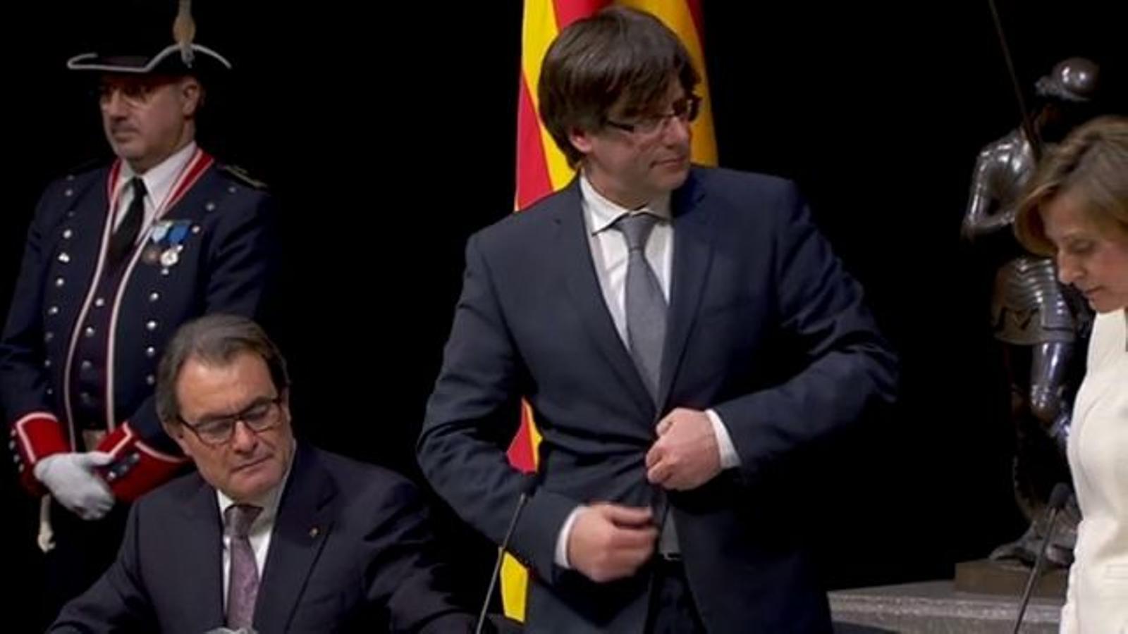 La presa de possessió de Carles Puigdemont, amb la fórmula polèmica
