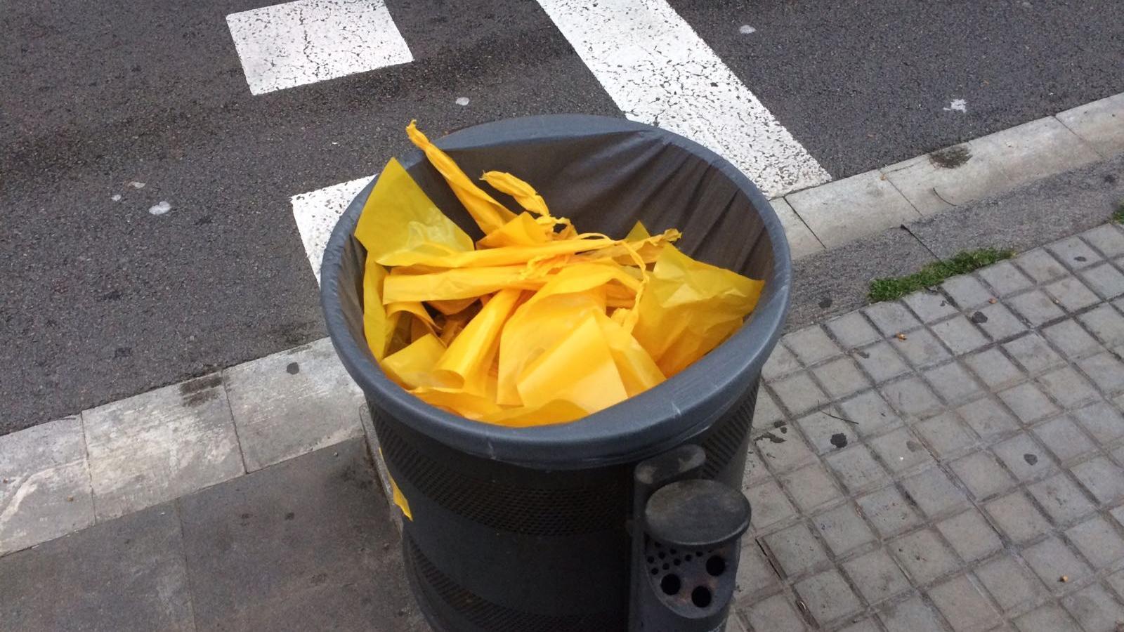Un grup de persones retiren llaços grocs