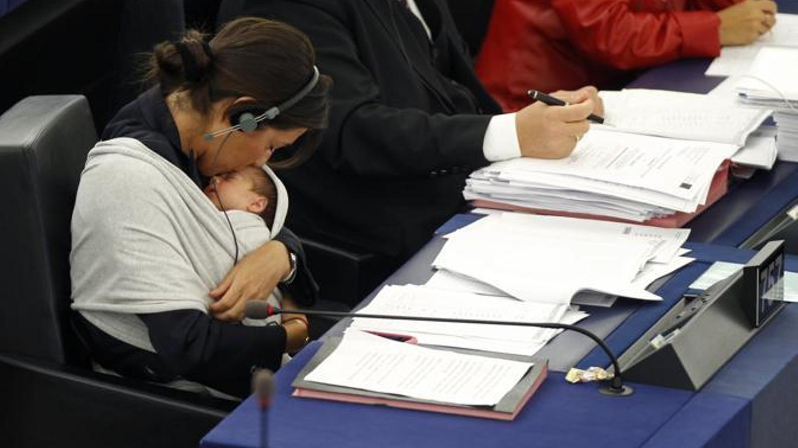 Eurodiputada amb el seu nadó a l'eurocambra.