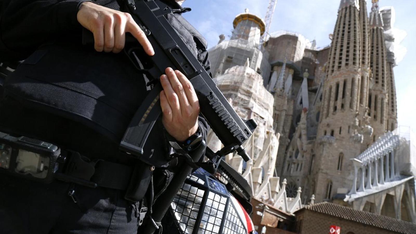 Els Mossos d'Esquadra reforcen la seguretat a punts sensibles i concorreguts, com la Sagrada Família, després dels atemptats a Brussel·les