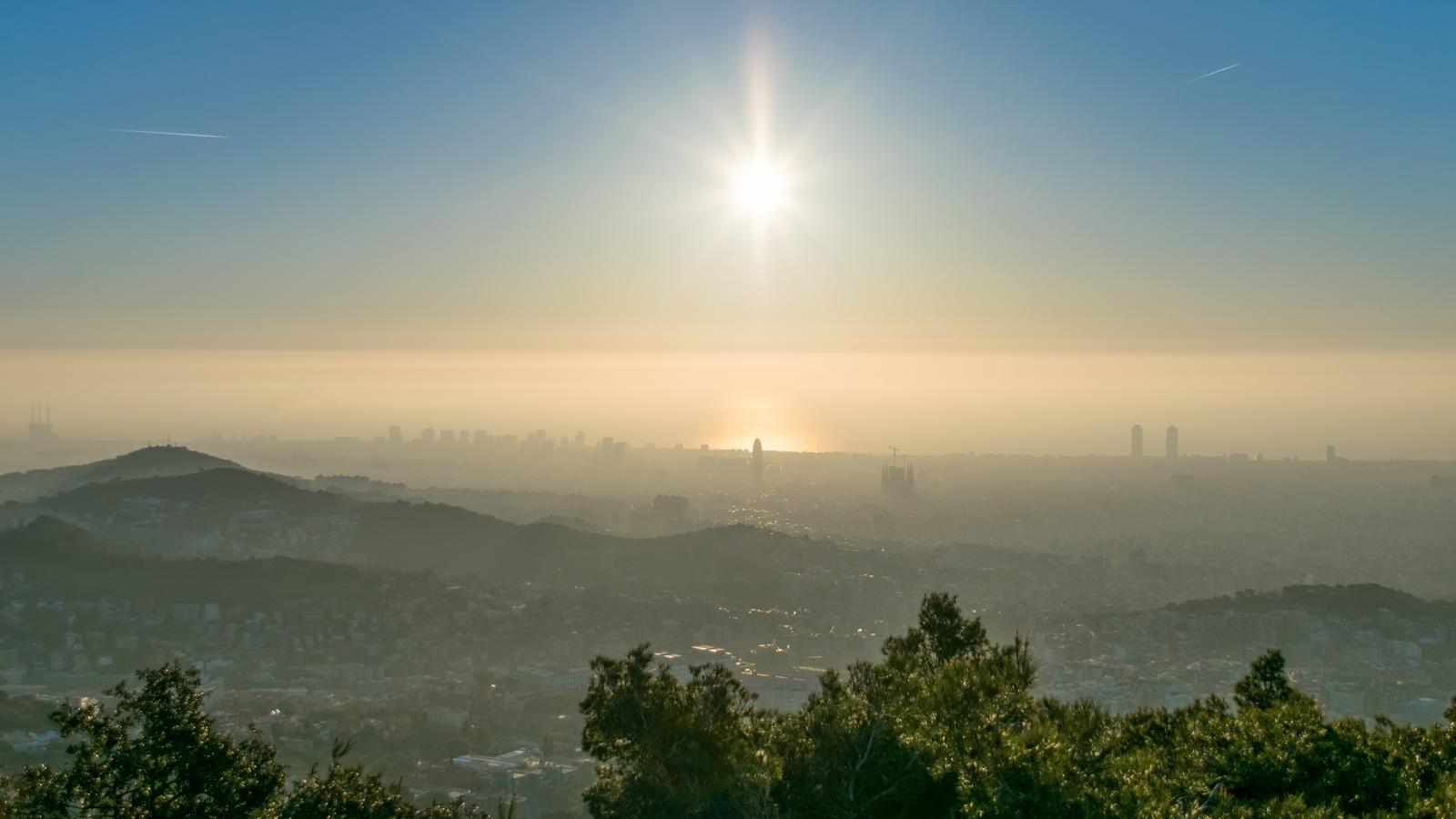 Des del Tibidabo es via clarament aquest matí la capa de contaminació / ALFONS PUERTAS