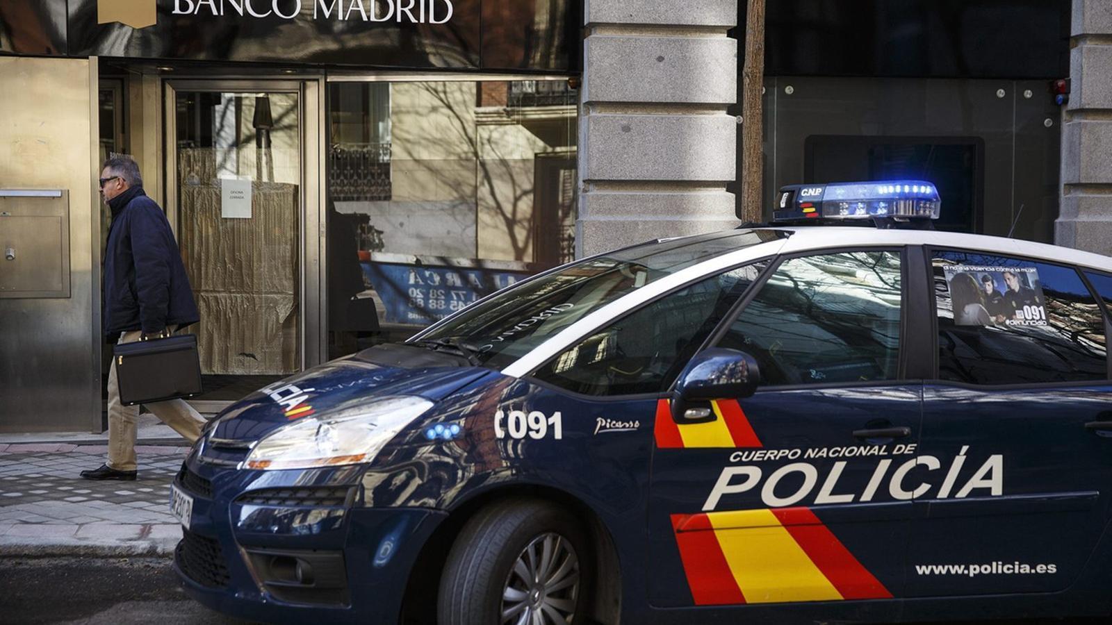 Un cotxe de la Policia Nacional, que investiga el succeït
