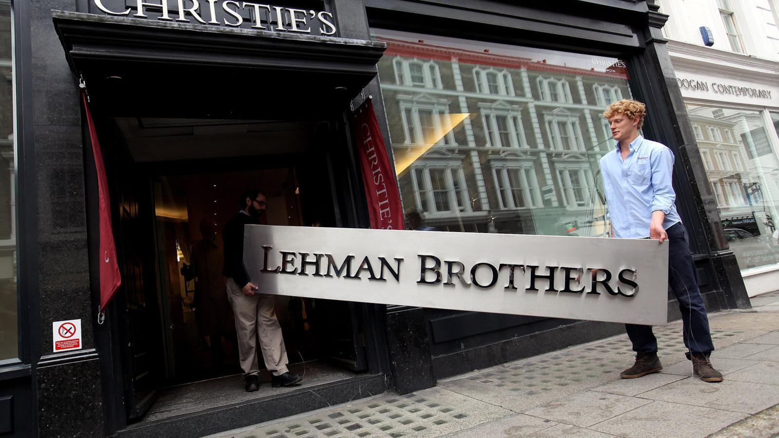 Dos empleats de Christie's amb un rètol de Lehman dos anys despés de la fallida.