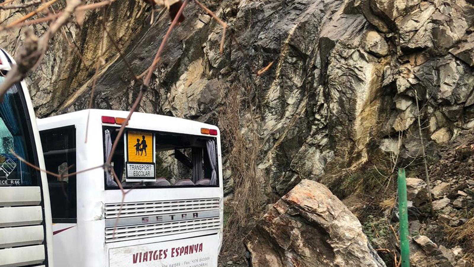 Desperfectos en los autobuses de la empresa Viajes España debido al desprendimiento de un bloque rocoso. / AHORA ANDORRA