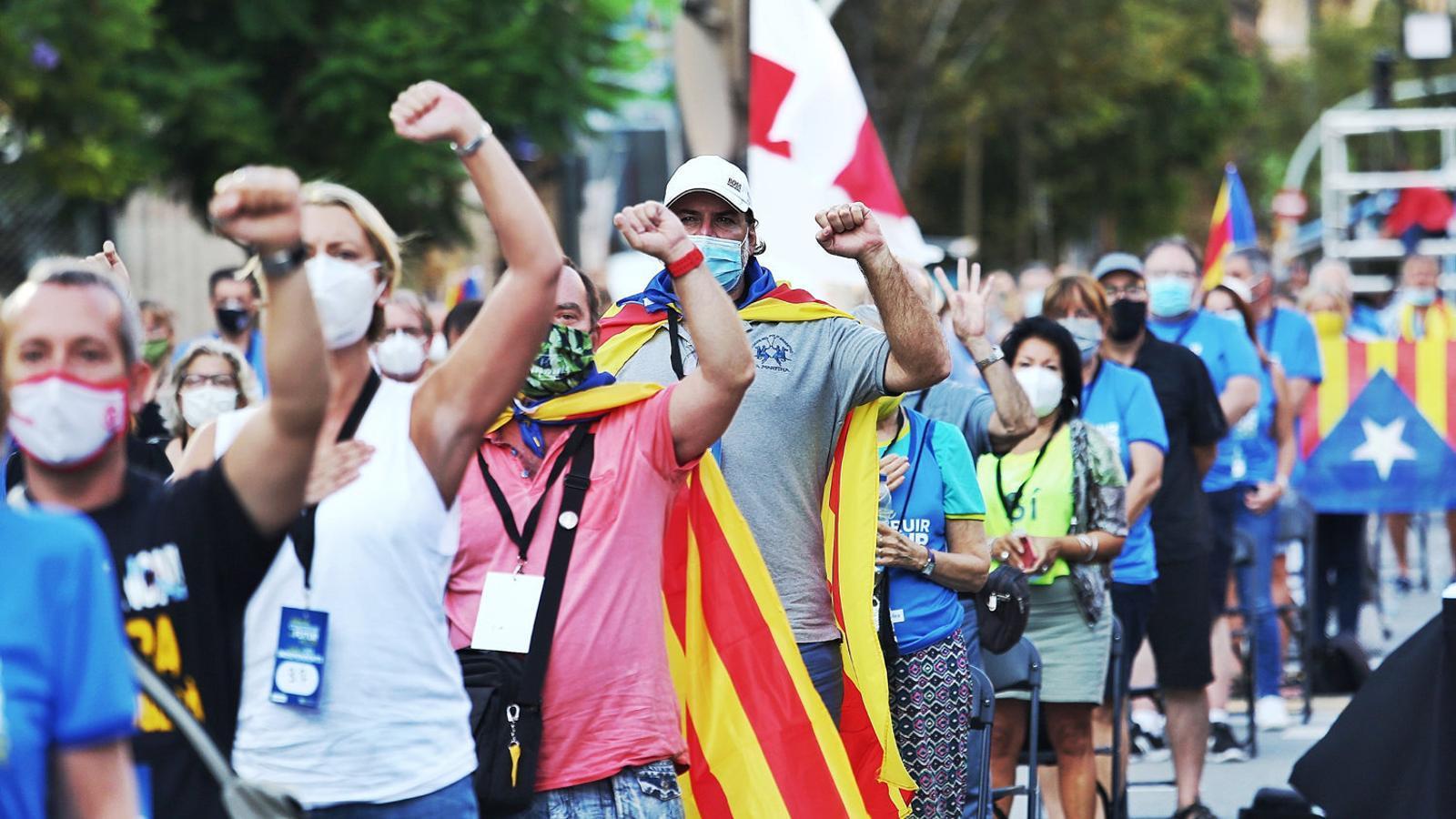 01. Centenars de persones es van manifestar a la plaça Letamendi de Barcelona. 02. A Girona van protestar asseguts i amb distància. 03. La mobilització  es va replicar a Tarragona amb mesures de seguretat.