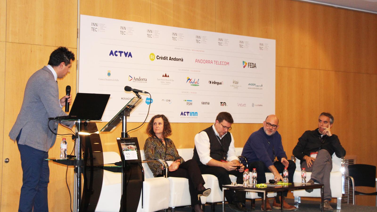 Els quatre ponents de la taula rodona 'Innovant en l'oferta turística i comercial': la directora de la Cambra de Comerç, Indústria i Serveis d'Andorra, Pilar Escaler; el director de Desenvolupament de Negocis d'Eurecat (el Centre Tecnològic de Catalunya), Xavier Sastre; el director general de la Fundaqció Alícia, Toni Massanés; i el CEO d'Ensisa, David Hidalgo, durant la jornada Inntec. / E. J. M. (ANA)