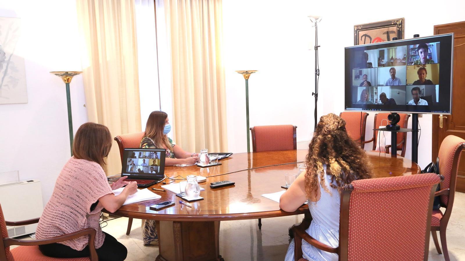 Francina Armengol, Patricia Gómez i Pilar Costa durant la reunió amb els portaveus parlamentaris