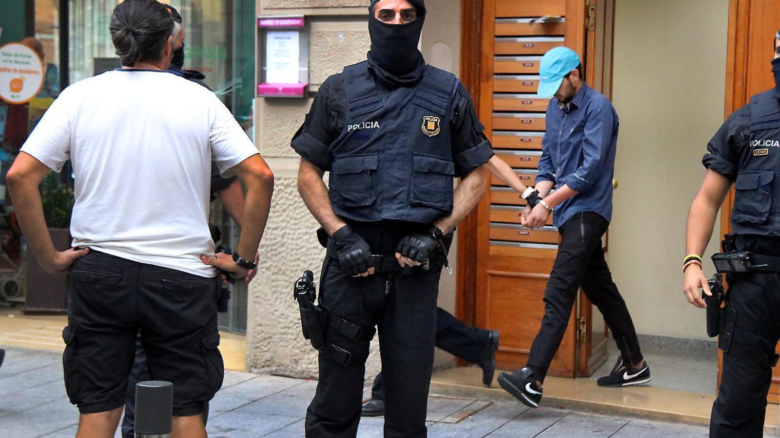 01. Alguns dels terroristes fabricant explosius al xalet d'Alcanar.  02. Els Mossos en un escorcoll després dels atemptats a Ripoll.